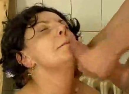bankje Sexy oma pijpt een dikke lul