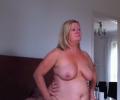 Vrouw op leeftijd gaat op penis zitten neuken