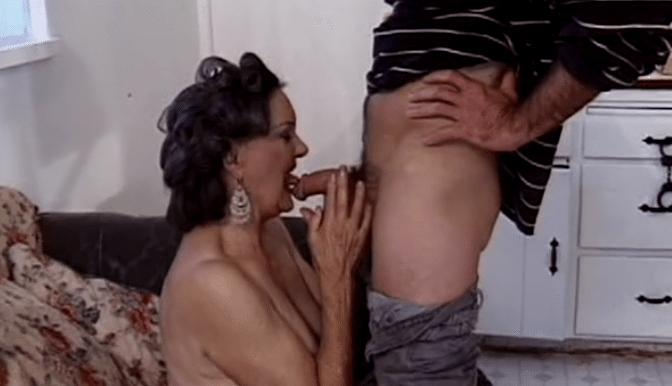 vrouw vingert zich klaar seks in natura