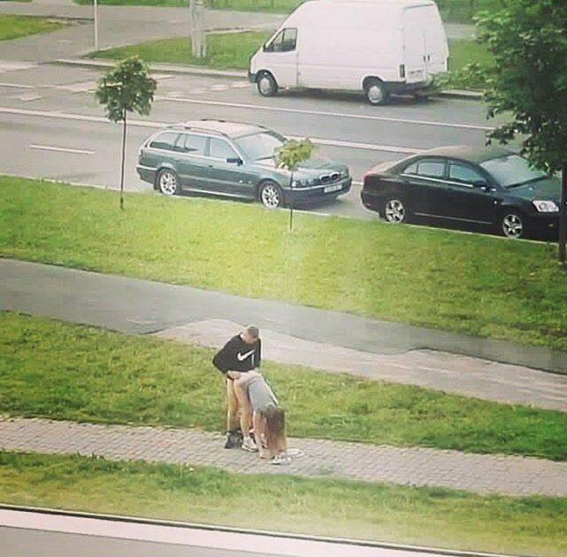 Seks in openbare ruimte, op voetpad.