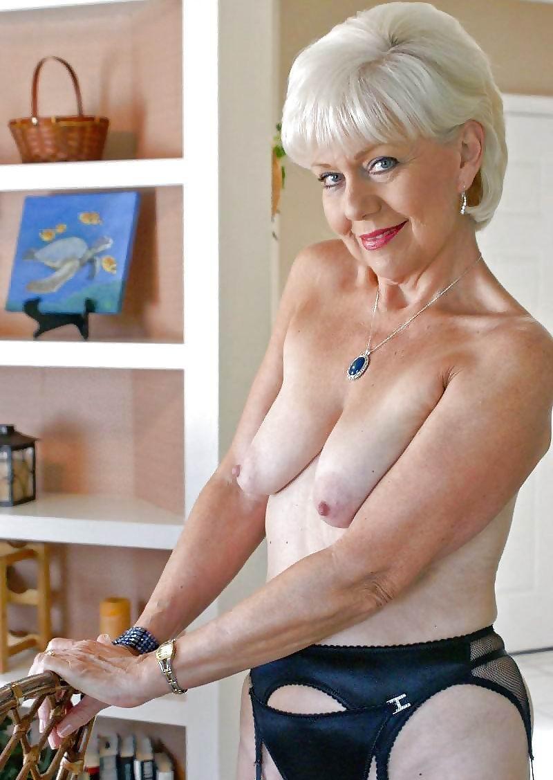 Blonde vrouw laat zich hard nemen op de bank - 2 1