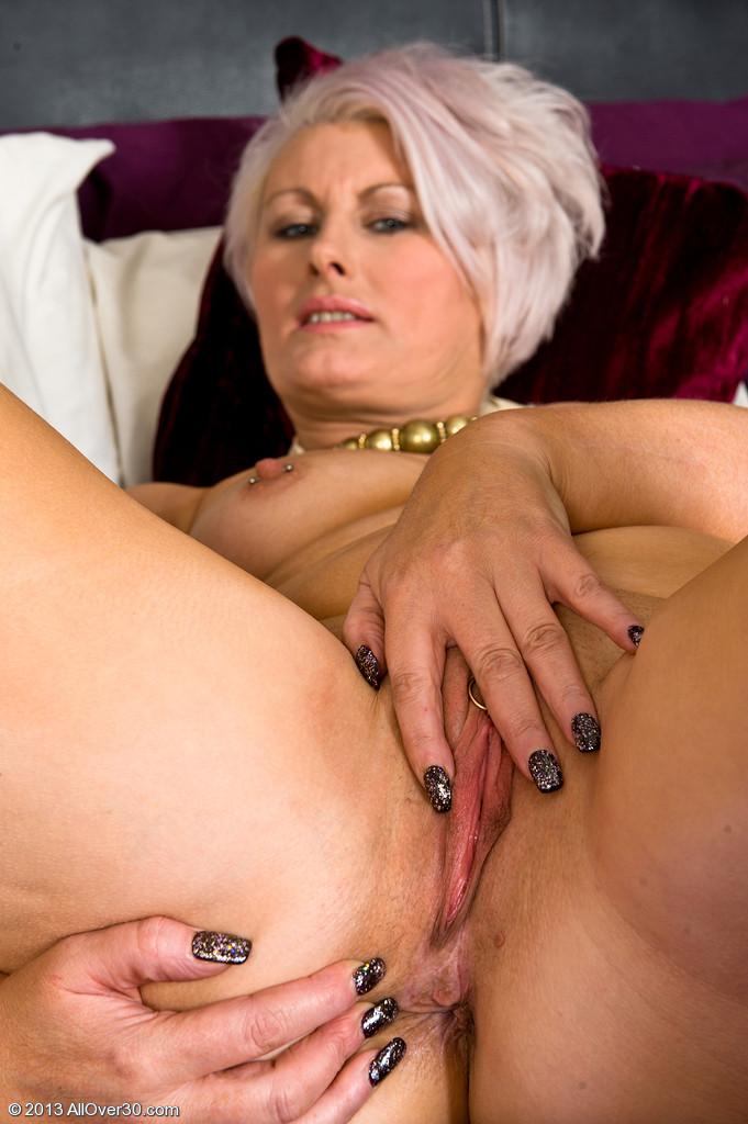 image Zij neukt een dildo en pijpt ondertussen haar man