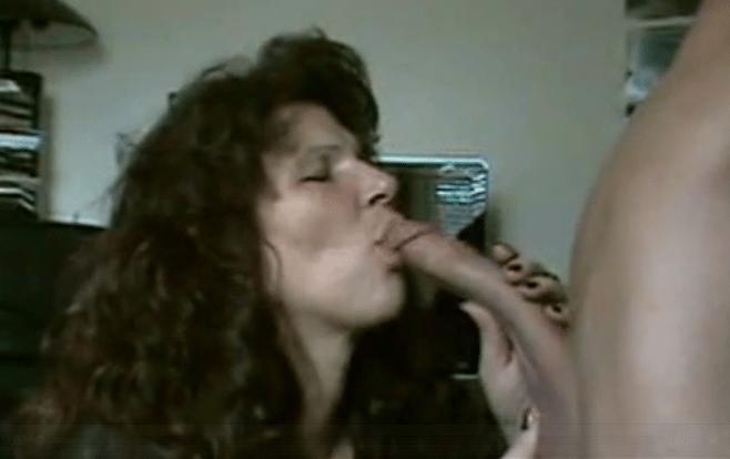 moeder geeft zoon blowjob