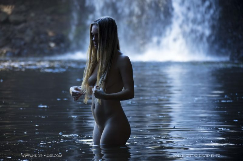 vrouw topless in het water